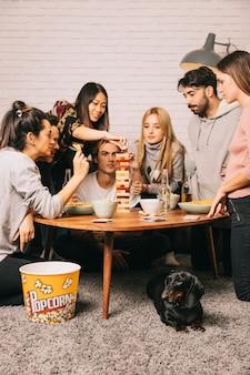 Sechs freunde spielen tabletop-spiel