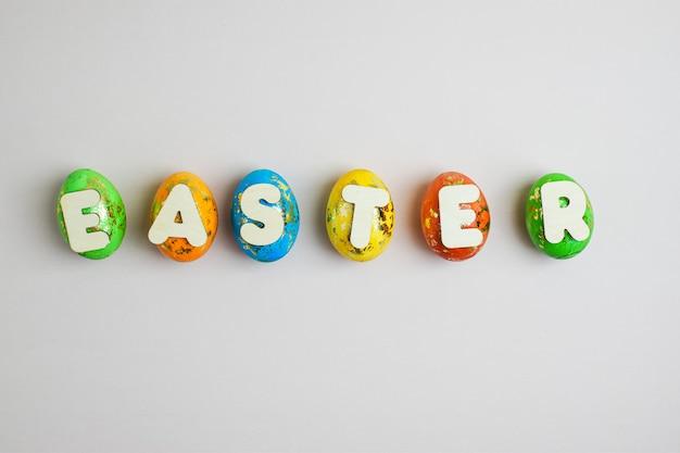 Sechs gemalte eier werden auf einem hellen hintergrund gezeichnet. ostern.