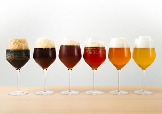 Sechs gläser mit verschiedenen bieren