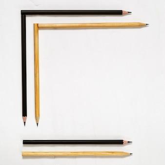 Sechs holzstifte mit schwarzer mine. einfache bleistifte auf der arbeitsfläche des tabellenhintergrundes. ansicht von oben. flach liegen.