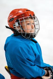 Sechs jahre alter kinderhockeyspieler im helm