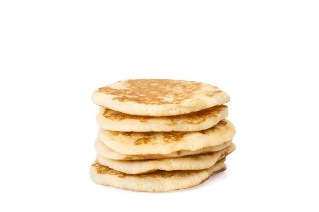 Sechs pfannkuchen lokalisiert auf einer weißen wand