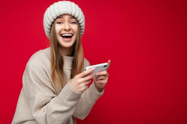 Sedi-profilfoto der schönen verrückten überglücklichen jungen blonden frau, die lässigen beigen pullover trägt und