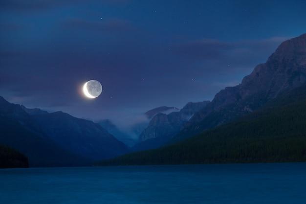 See in den bergen nachts im mondlicht