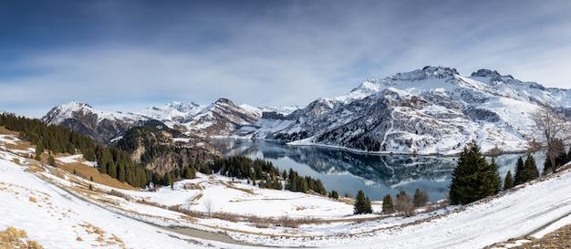 See in den französischen alpen. reflexion der schneebedeckten berge.
