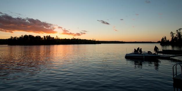 See in der dämmerung, lake of the woods, ontario, kanada