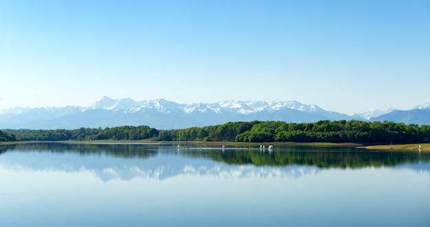 See mit den bergen pyrenäen im hintergrund
