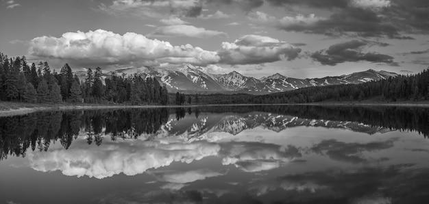 See mit einem schönen spiegelbild im altai-gebirge, schwarz-weiß-landschaft