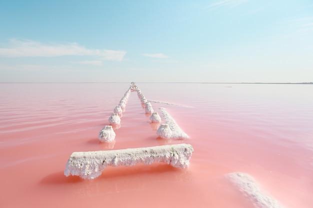 See mit hohem salz- und algengehalt. roter salzsee