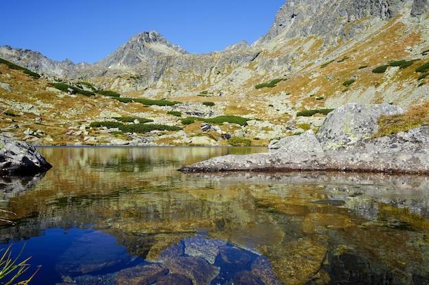 See mit spiegelung der berge in der hohen tatra, slowakei