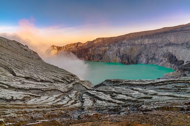 See mitten in einer felsigen landschaft