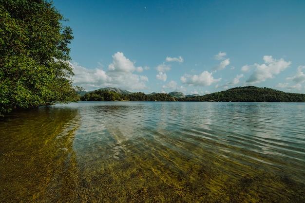 See umgeben von felsiger landschaft