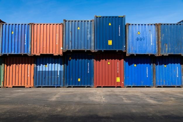See- und transportversicherungskonzept. frachtcontainer-hof. frachtcontainerbox im logistischen versandhof. bunte frachtcontainerstapel im versandhafen.