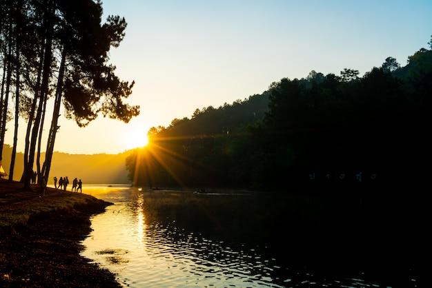 See und wald bei sonnenaufgang