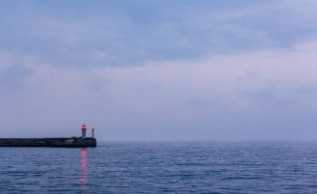 Seeabendlandschaft mit leuchtturm