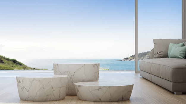Seeansichtwohnzimmer des luxussommerstrandhauses mit sofa und couchtisch.