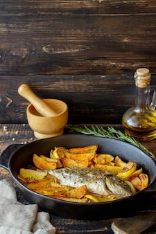 Seebrasse mit kartoffeln und zitrone gebacken