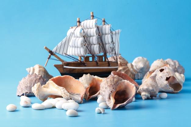 Seefahrt im urlaub mit muschel und schiff