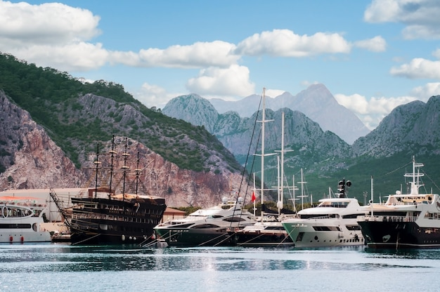 Seehafen mit passagierbooten und yachten