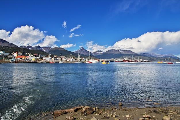 Seehafen und die stadt in ushuaia stadt argentinien