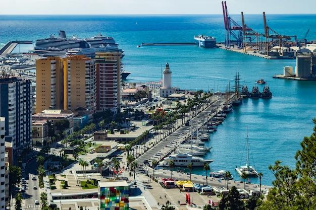 Seehafen von einer küstenstadt