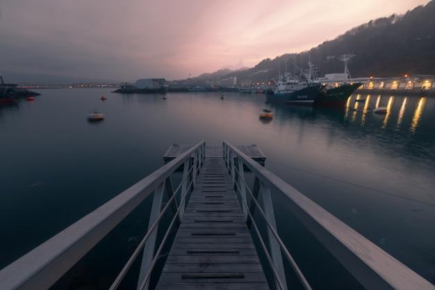 Seehafen von hondarribia zur goldenen stunde mit vollmond im baskenland.