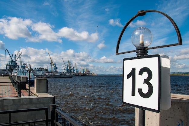 Seehafenpassage mit frachtkränen