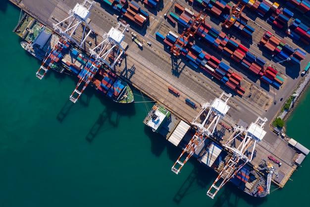 Seehafenterminal-lagerbehälter und versandfrachtcontainer be- und entladen luftaufnahme