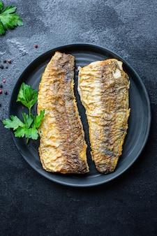 Seehecht frisch gebratener fisch meeresfrüchte zweiter gang