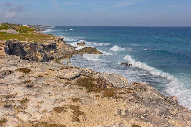 Seelandschaft der felsigen küste mit klippe mit blick auf das meer bei isla mujeres in mexiko