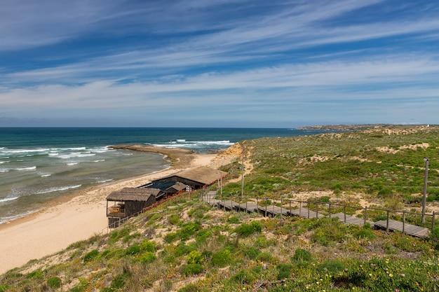 Seelandschaft des portugiesischen dorfes im sommer. villa milfontes.