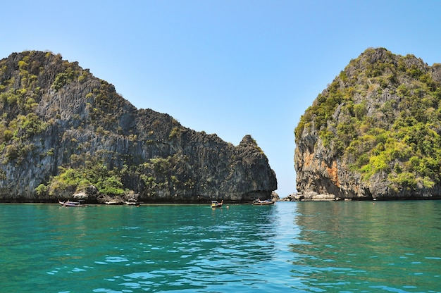Seelandschaft mit bergen in der nähe von koh chuek