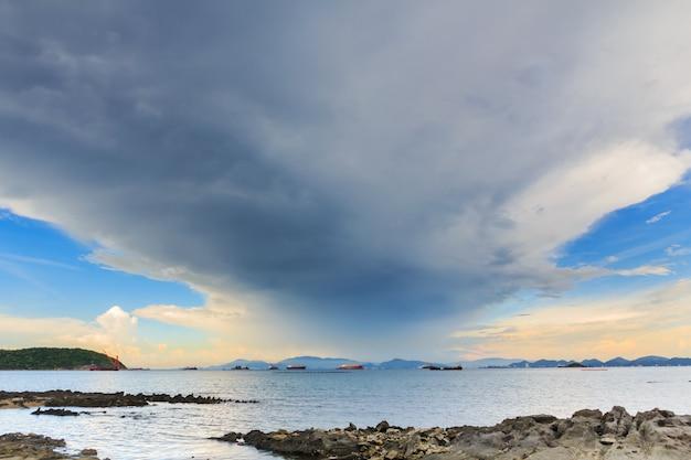 Seelandschaft mit bergen und wolken