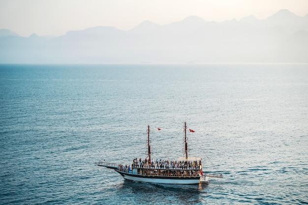 Seelandschaft mit einem einsamen schiff im mittelmeer bootsfahrt auf einem touristenschiff sehenswürdigkeiten und reisen d...