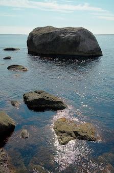 Seelandschaft mit felsen und wasseroberfläche.