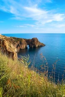 Seelandschaft mit grotte im felsen