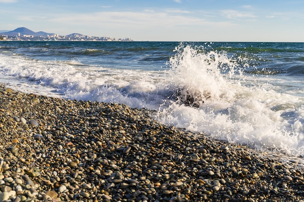 Seelandschaft mit strand und wellen, ein sonniger tag, schwarzes meer, russland.