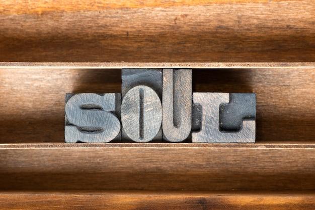 Seelenwort aus vintage-buchdruck auf holztablett