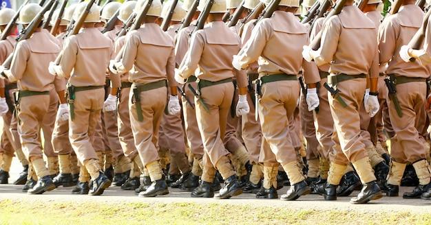 Seeleute der thailand-marine, die im schritt an der jährlichen tag der republik-parade marschieren