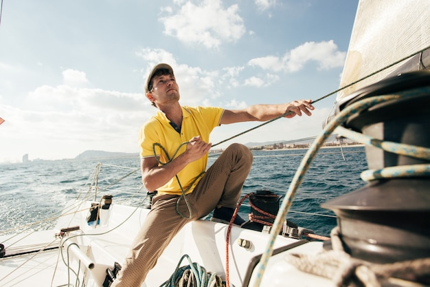 Seemann auf yacht