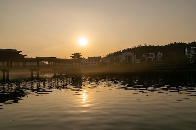 Seen und brücken in der untergehenden sonne