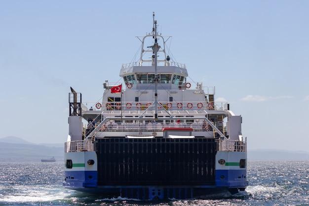 Seereise mit alter passagierfähre auf dem bosphorus, die türkei.