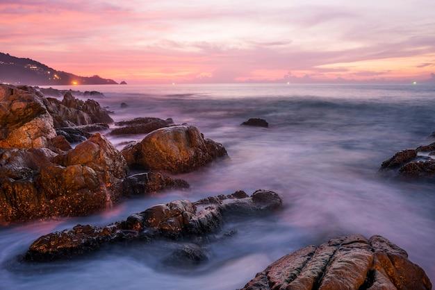 Seesonnenuntergang oder -sonnenaufgang mit buntem des wolkenhimmels und -sonnenlichts in der dämmerung