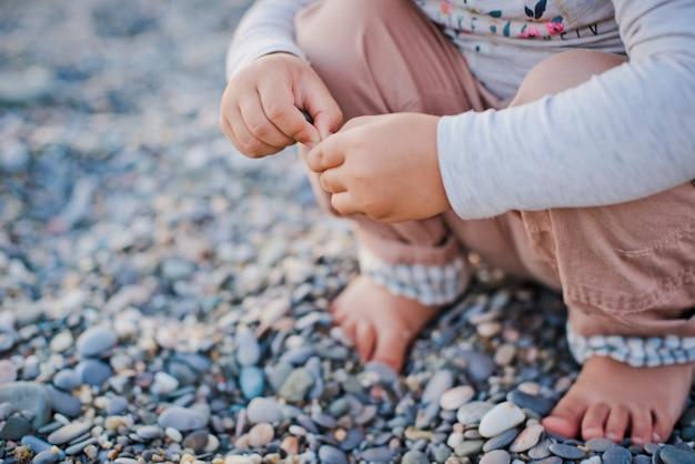 Seesteine und kinderhände