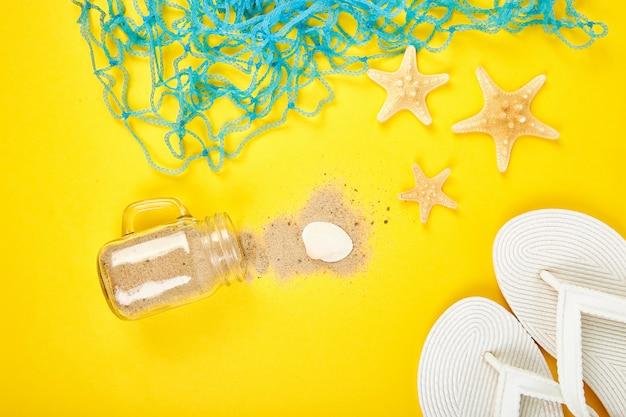 Seesterne und muscheln in einem glas mit sand