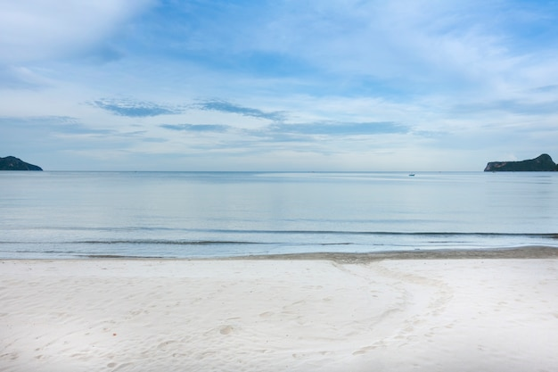 Seestrand und blauer himmel in der bucht thailand.