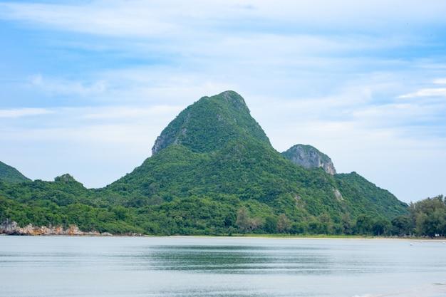 Seestücke und natürlicher bergblick in asien