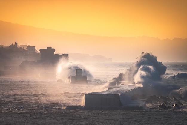 Seesturm trifft die baskische küste am wellenbrecher des baskenlandes donibane lohizune saint jean de luz