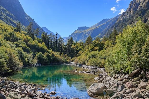 Seeszenen in den bergen, nationalpark dombai, kaukasus, russland, europa. sonnenscheinwetter, blauer farbhimmel, weit entfernte grüne bäume. bunter sommertag, zeit