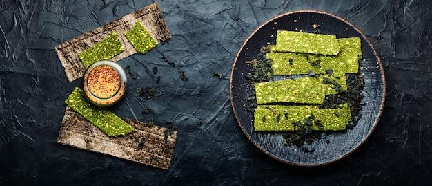 Seetang- und spirulina-chips, knusprige algen